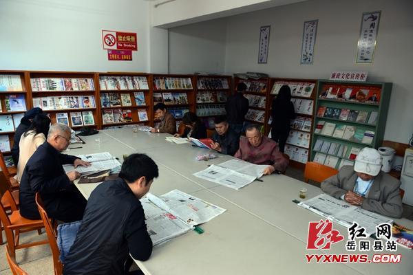 """读书日 岳阳县图书馆内品""""书香"""""""