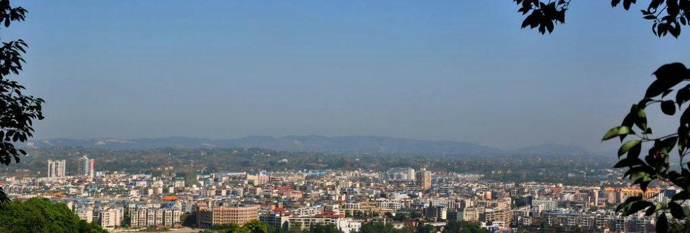 蟾山俯瞰新县城