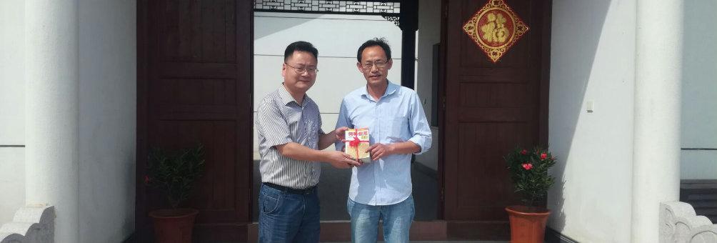 新坝镇社区教育中心开展志愿者锄草赠书活动