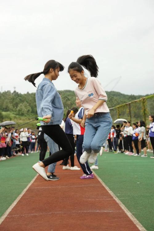 绳绳舞动展英姿 ——西校区举行八人组跳绳比赛